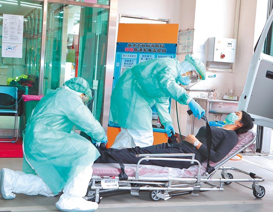 武漢肺炎疫情全球延燒,新北市消防局2日進行「疑似武漢肺炎病患」運送防疫措施、後送流程演練,確保防疫過程沒有漏洞,杜絕疫情蔓延可能。(陳怡誠攝)
