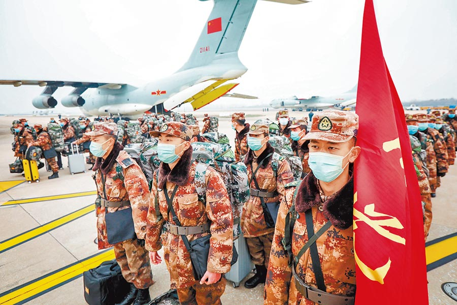 大陸解放軍出動8架運輸機,向武漢空運近800名醫療隊隊員和物資。(中新社)
