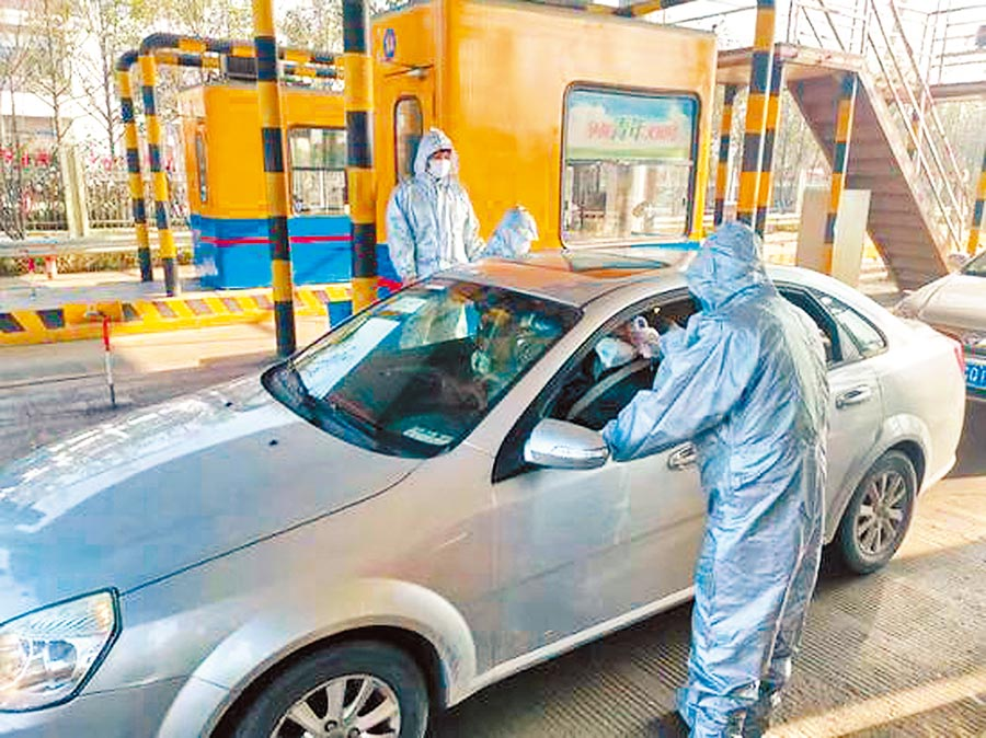 溫州某路口,工作人員正檢測駕駛員體溫 (摘自中新網)