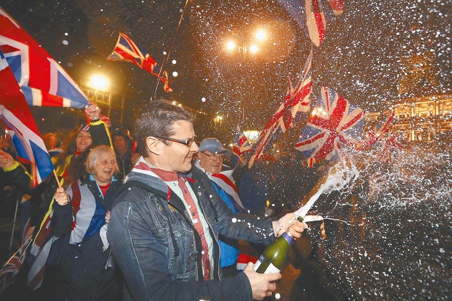 自2016年脫歐公投以來,英國一直處於分裂狀態。上月31日終於脫歐成功,格拉斯哥的居民聚集在喬治廣場,並開香檳慶祝。(美聯社)