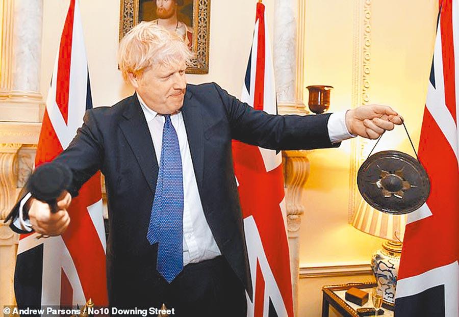 敲鑼慶脫歐!英國首相強森,在1月31日深夜11點,正式脫歐的那一刻,敲響骨董鑼,宣告退出歐盟的新時代來臨。(摘自唐寧街10號網站)