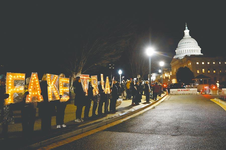 上月31日,大批反川普民眾聚集在華盛頓特區的國會山莊外,高舉「假審判」標語,抗議彈劾案即將在參議院被擋下。(美聯社)