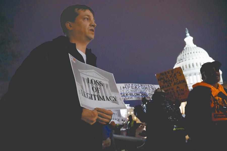 雖然抗議川普濫用職權和妨害國會的抗議聲不斷,川普仍然誇口民調施政滿意度達45.6%。(美聯社)