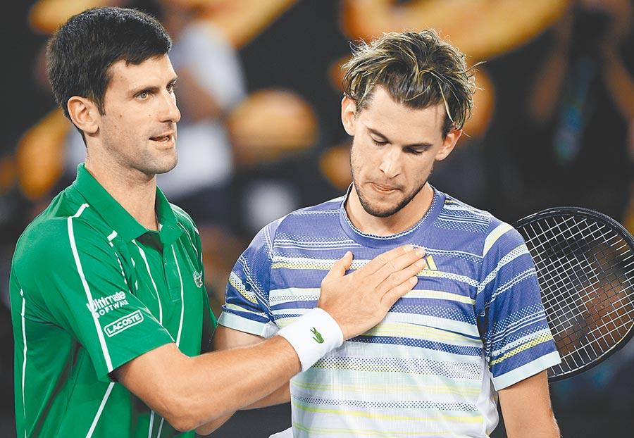 喬柯維奇(左)衛冕成功,不忘安慰落敗的挑戰者提姆(右)。(美聯社)