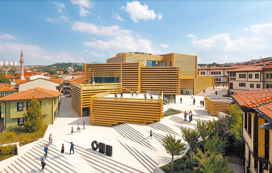 土耳其OMM博物館圖為土耳其「OMM藝術博物館」,隈研吾將木材視為積木使用。(隈研吾事務所提供/李侑珊台北傳真)