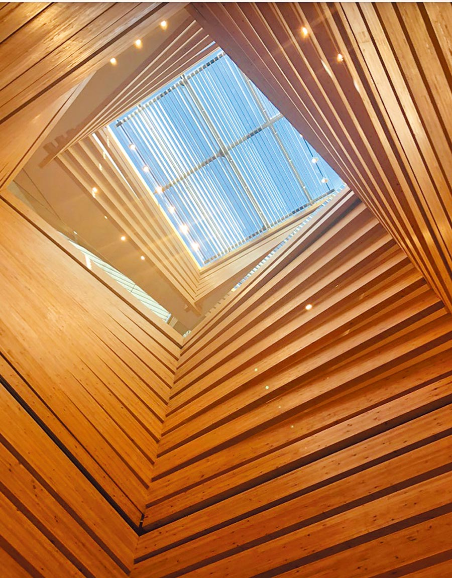 隈研吾將「OMM藝術博物館」的外觀以條狀木材為主,遠觀就像是大小不同尺寸木箱交疊而上,藉由從木頭縫隙透出的自然光,加上滿布當代藝術的氛圍氣息,成為博物館內最神聖的一隅。(隈研吾事務所提供/李侑珊台北傳真)