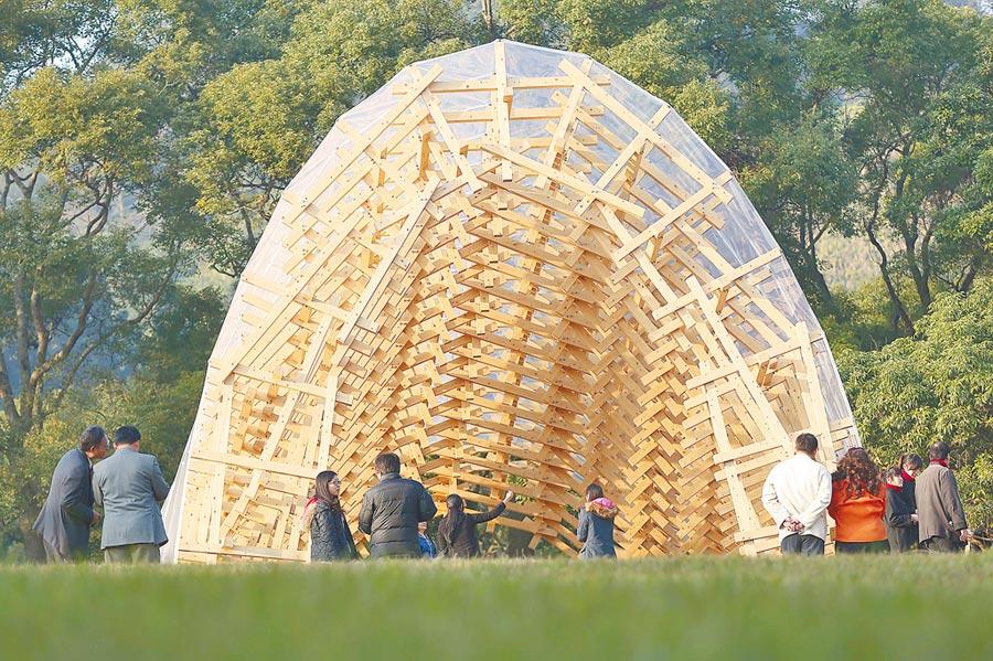 日本建築師隈研吾結合竹縣在地人文風情,打造「風檐」裝置藝術。(中央社)