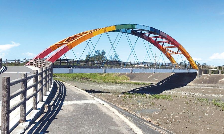新竹市17公里海岸線沿線有6座年齡已超過10年的自行車道鋼構橋梁,市府近期將全面體檢整修補強結構並美化外觀。(陳育賢攝)