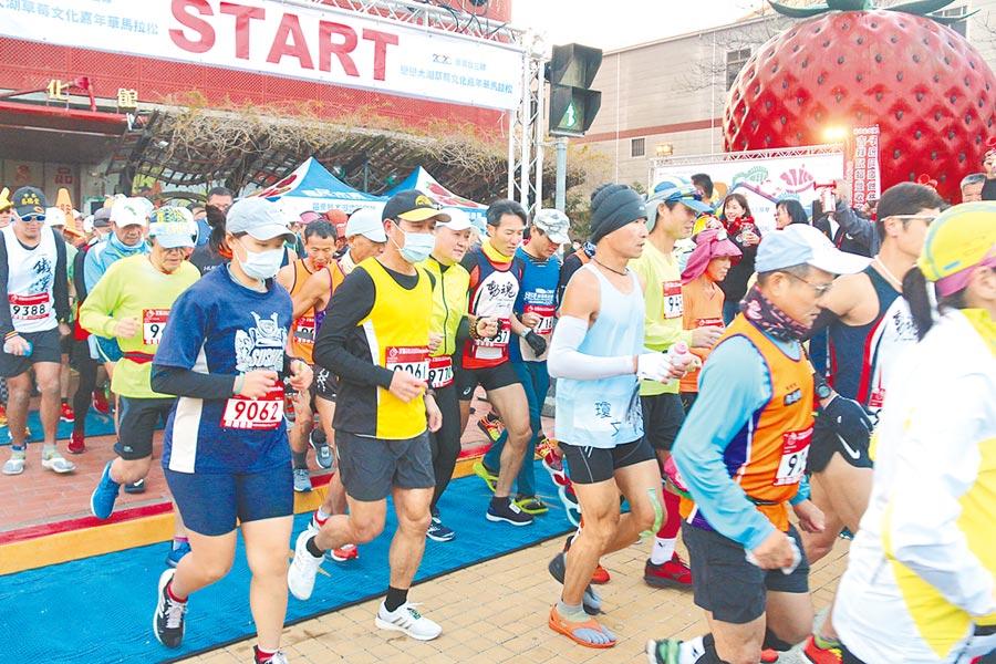 2種情況下 醫師:口罩消毒後能重複用。示意圖為馬拉松賽事,跑者擔心疫情,全程緊戴口罩。(資料照 巫靜婷攝)