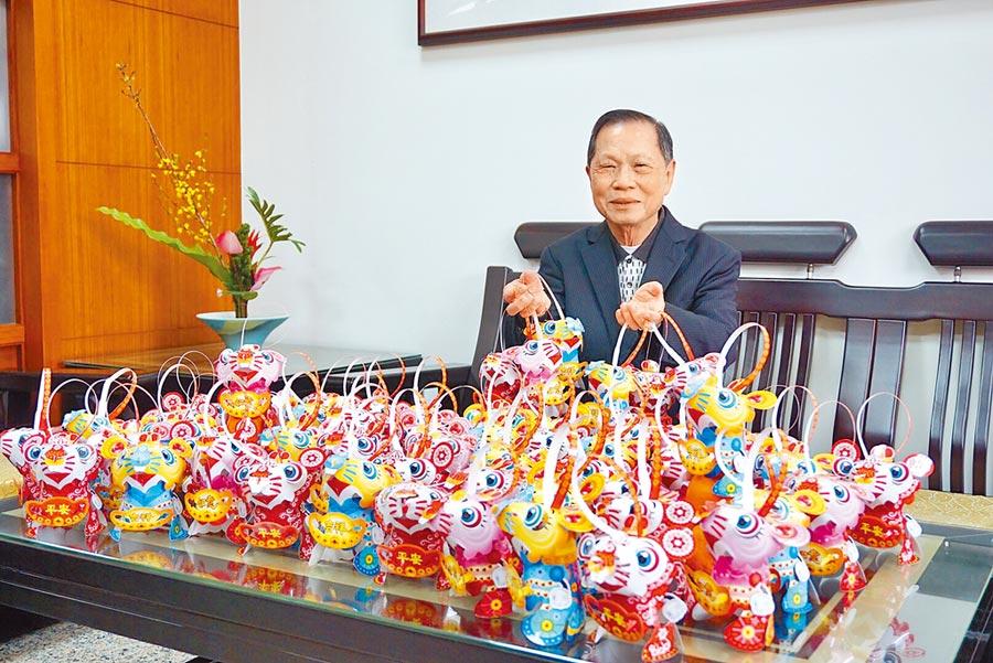 台中市南屯萬和宮董事長蕭清杰分送小提燈,設計「吉祥」、「平安」與「如意」三種款式。(盧金足攝)