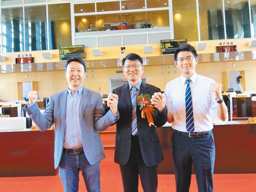 台中市議會民進黨團總召陳世凱(左)2日指出,市府應向市民報告是否做好2020台灣燈會防疫,讓遊客安心賞燈。(盧金足攝)