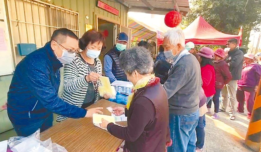 台南市安南區南興里長施柏男(左一)2日上午在里辦公處免費發放1000片口罩。(翻攝畫面)
