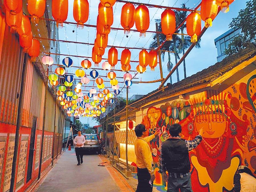 北港巷弄街區藉由花燈重現老街風華。(張朝欣攝)