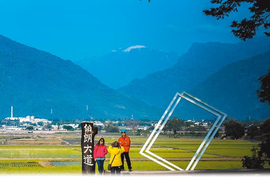 台東縣池上鄉伯朗大道抬頭遠望向陽山,就能夠輕鬆賞雪。(吳家溎提供/楊漢聲台東傳真)