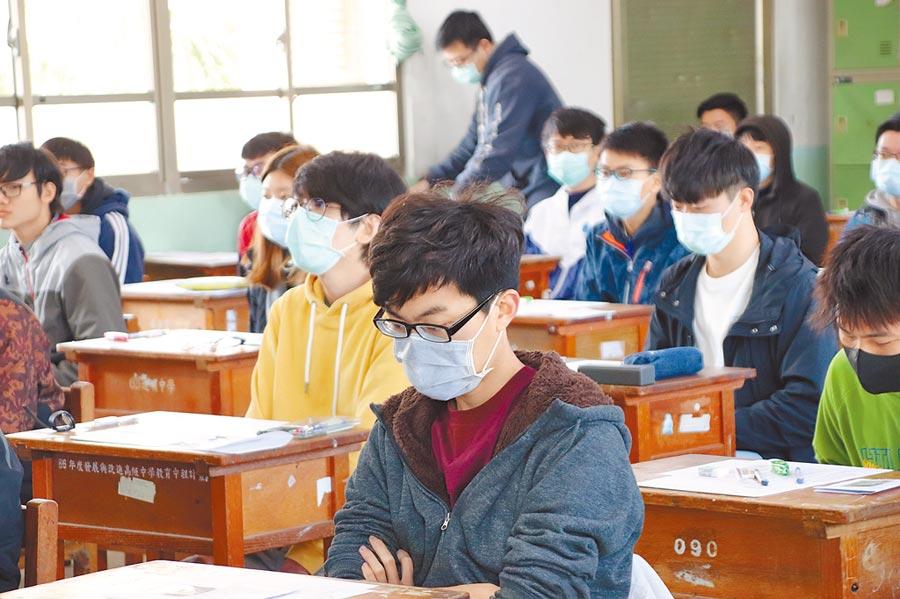 中山大學碩士一般考試入學在道明中學公開招考,因為武漢肺炎疫情,幾乎每位學生都戴口罩應試。(洪浩軒攝)