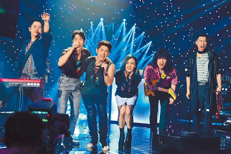 老蕭(左起)曾率獅子合唱團與吳建豪、徐佳瑩上《歌手》演唱。(台灣愛奇異提供)