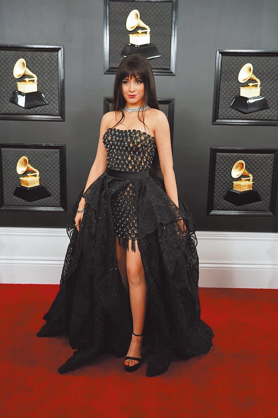 卡蜜拉卡貝羅穿Versace黑色禮服,蕾絲多層次裙襬使用圍裙方式綁在平口小洋裝上。(CFP)