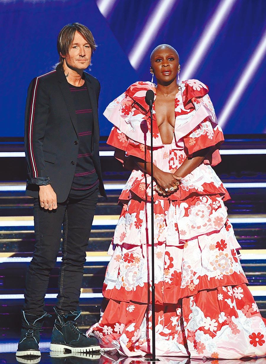 辛西婭艾利沃選穿紅色系的Valentino花洋裝,繁複的皺褶波浪設計尤其肩袖部分相當搶眼。(CFP)