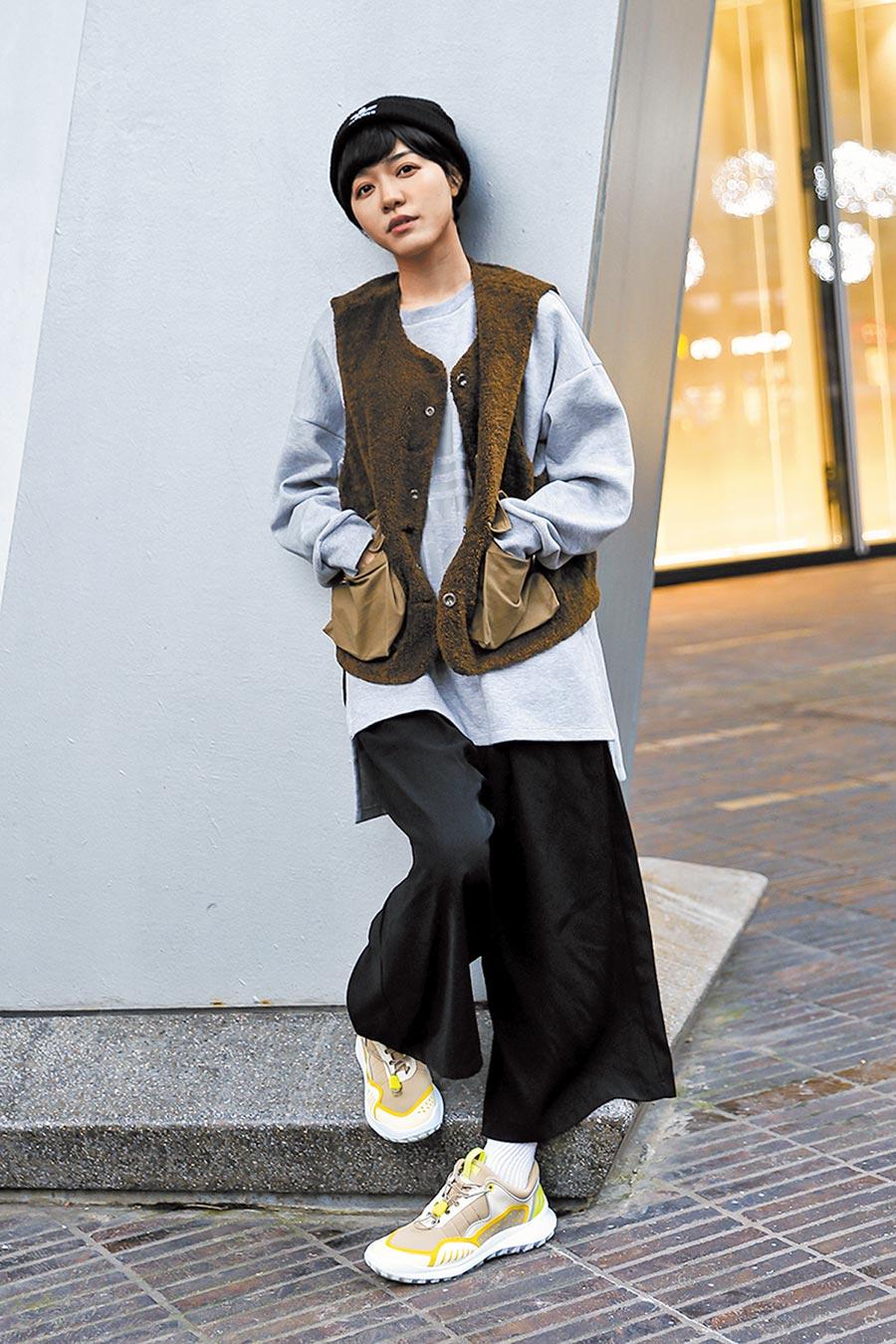 演藝圈新銳女星藍甯彤穿著CAMPER CRCLR營造出個人特色。(星浪娛樂提供)