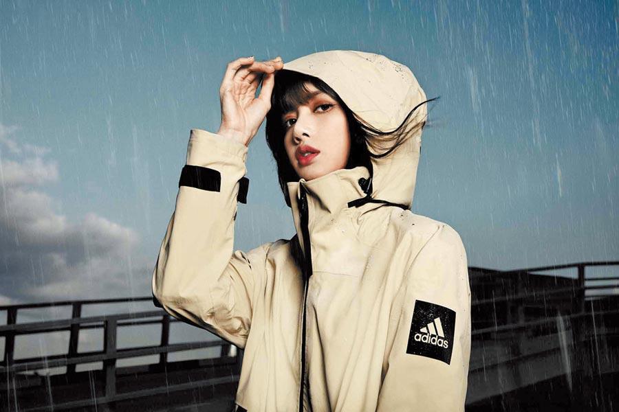 adidas MYSHELTER防水風衣外套以硬挺加高立領提供額外防護,收納型連帽設計讓實穿有型的外套化身雨天最佳配備,售價9200元。(adidas提供)