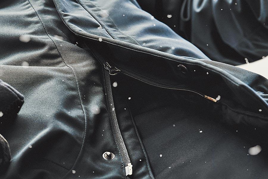 UA Storm系列服飾內層全密封縫線構造與Hydropel拉鍊能夠全方位避免雨水滲入,打造無懈可擊的防水裝備。(Under Armour提供)