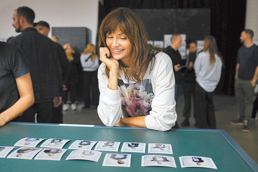 熟稔時尚圈的朋友想必對Helena Christensen的名字不陌生,身為維密的當家模特之一、丹麥超級名模,更是名時尚藝術攝影師兼香水公司創意總監,多重身分很難不讓人對她留下印象。(H&M提供)