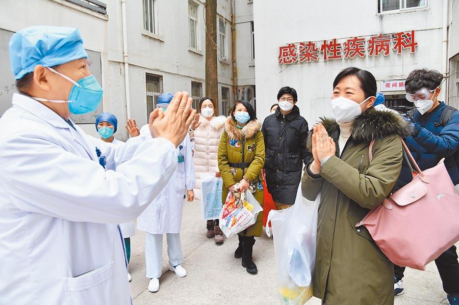2月2日中午,武漢協和醫院,6名受感染的醫務人員出院。(中新社)