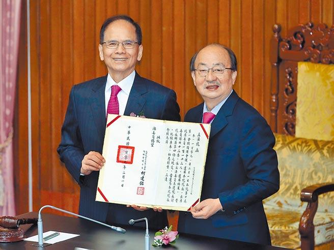 2020年2月1日,台北市/第10屆立委就職並選舉院長,民進黨立委游錫堃(左)以73票當選立法院院長,由主持會議的立委柯建銘(右)頒發當選證書。(姚志平攝)