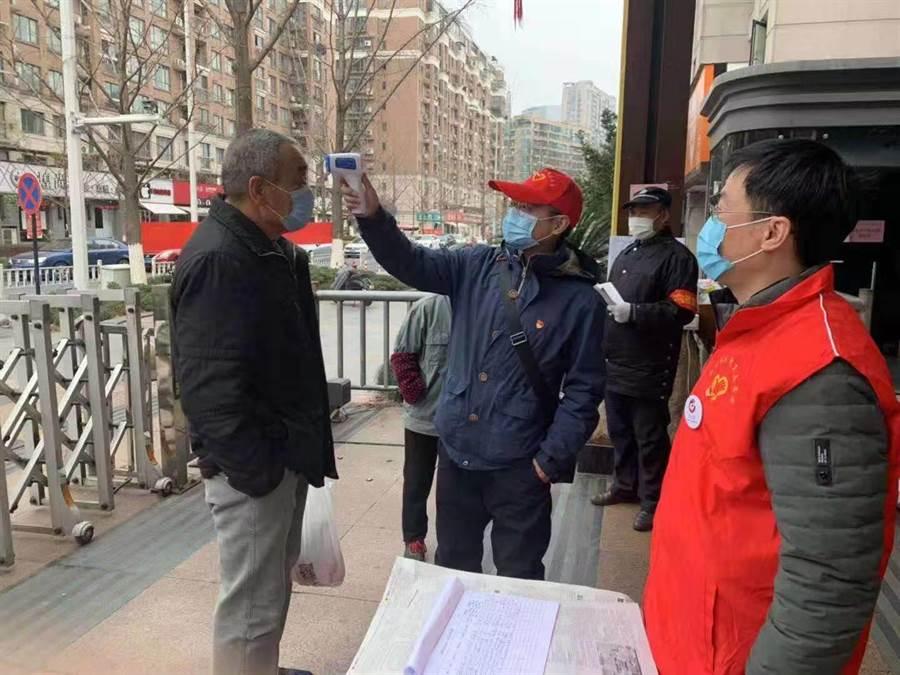 圖為杭州某社區出入口,在為民眾量體溫。(杭州台商朱長生提供)