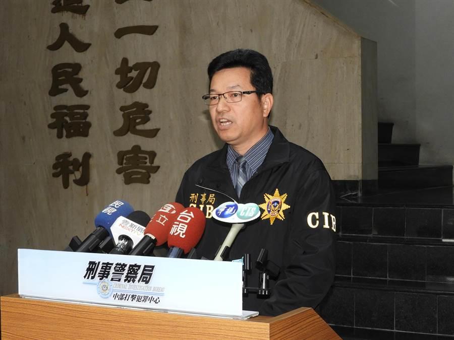 刑事局中打偵六隊長賴英門召開記者會,說明偵辦陳男於臉書散播不實訊息的案情。(陳世宗攝)