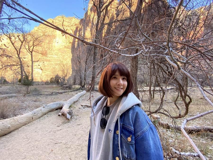 錫安國家公園相當壯闊,郭靜開心拍美照。(經紀人提供)