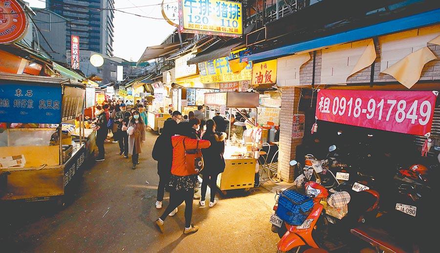 受到2019新型冠狀病毒疫情持續升高影響,來台灣觀光的國際旅客持續下滑,觀光產業面臨嚴重的考驗,各觀光景點也盛況不再。圖為士林夜市。(鄭任南攝)