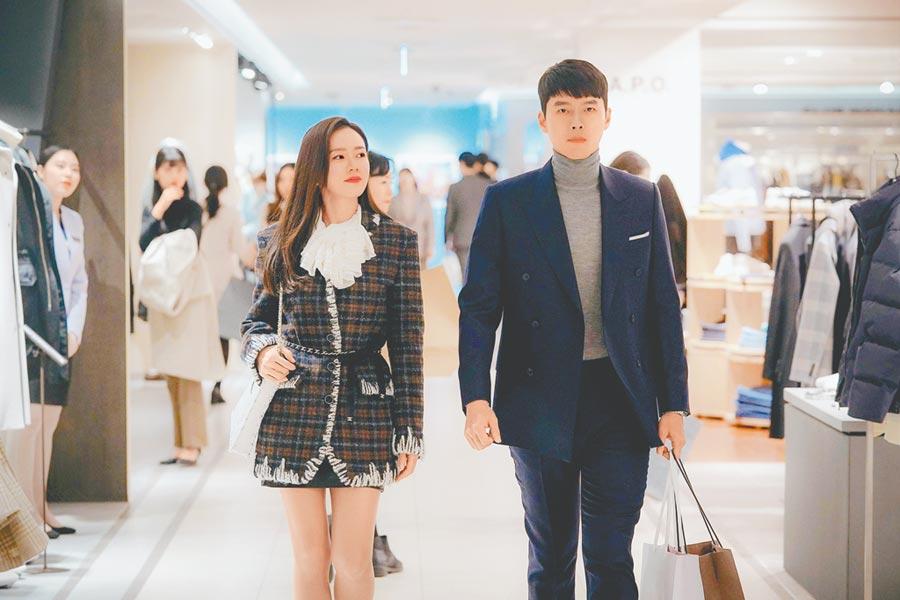 孙艺真(左)和玄彬联手主演的浪漫韩剧《爱的迫降》人气爆棚。(Netflix提供)