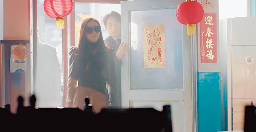 孙艺真在戏中霸气登场,一旁的春联被眼尖网友发现是「台湾货」。(Netflix提供)