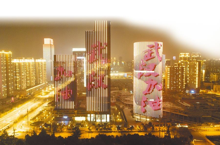 1月31日,武漢市武昌區高樓建築的外牆上顯示「武漢加油」字樣。(新華社)