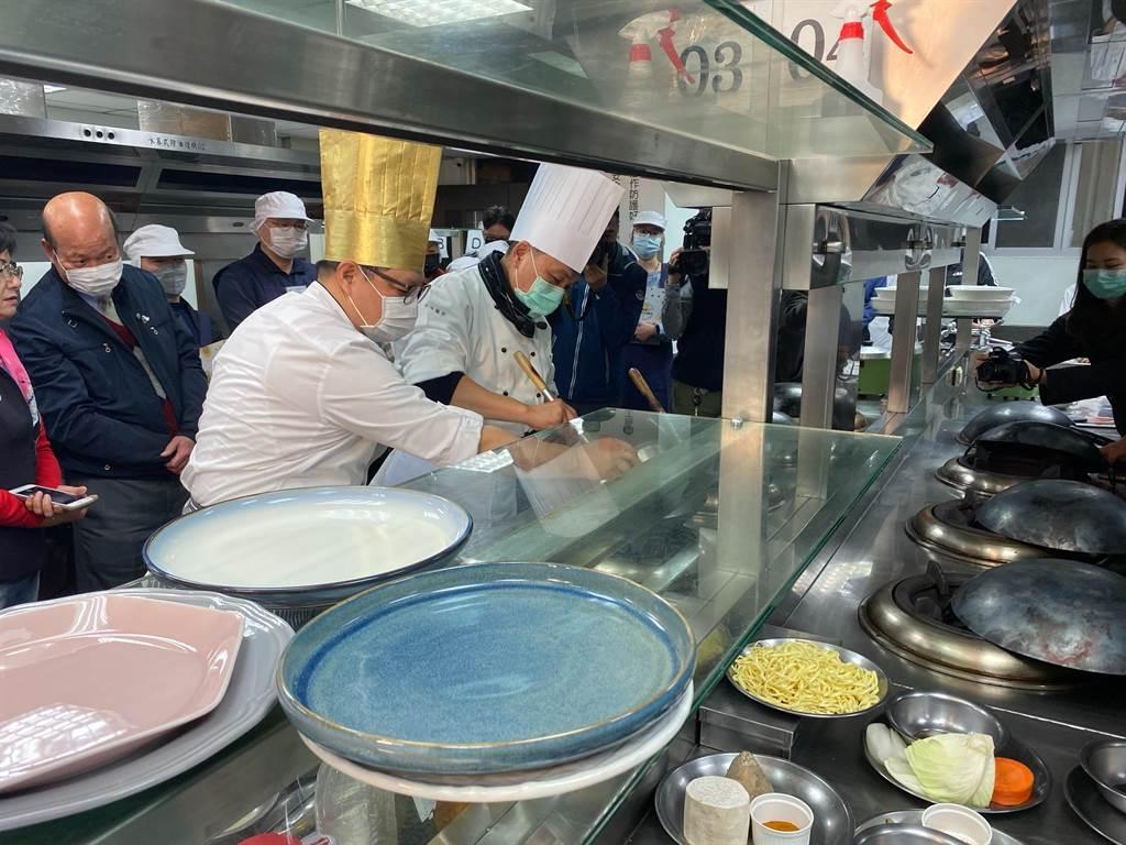 侯友宜熟練拿起廚具,在金帽大廚林奕成指導下烹調南洋料理「泰式打拋豬」,現場陣陣菜香撲鼻而來,氣氛熱絡。(戴上容攝)