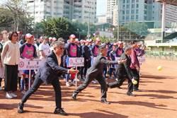 台中國際女壘賽開打沒戴口罩   蔡其昌、陳柏惟小試身手