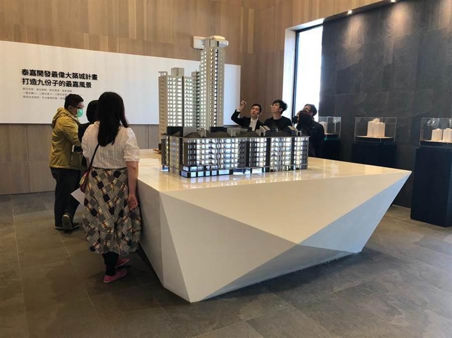 泰嘉開發在台南九份子重劃區推出「水律川」大樓建案,剛好碰到武漢疫情,要送早鳥客戶GOGORO電動機車,刺激買氣。(圖/泰嘉提供)