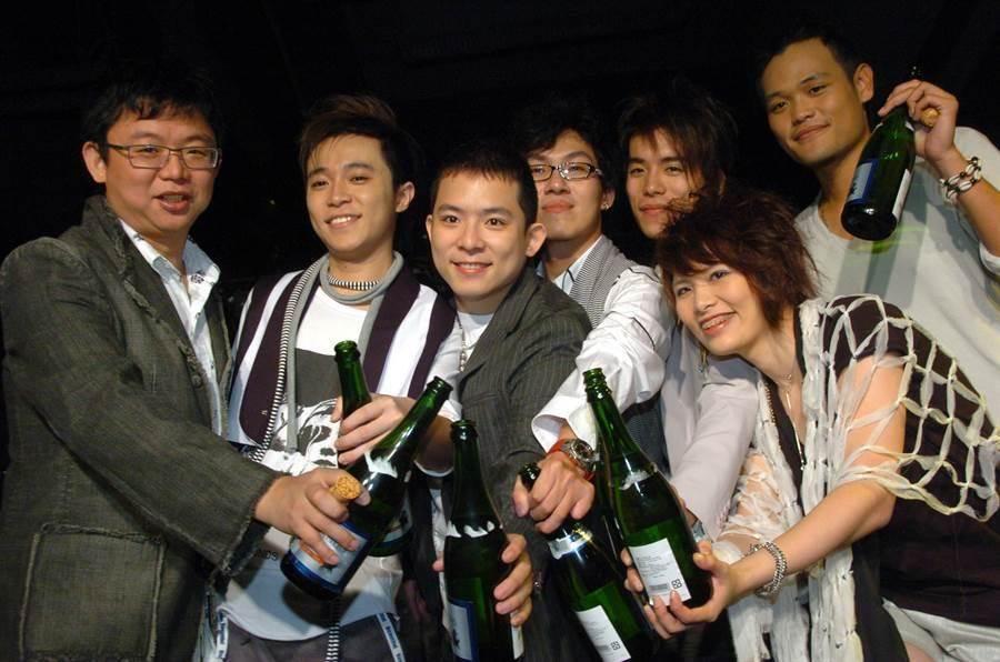 林暐哲(左一)与苏打绿主唱青峰、小威、阿龚、家凯、馨仪、阿福等团员昔日合影。(本报系资料照)