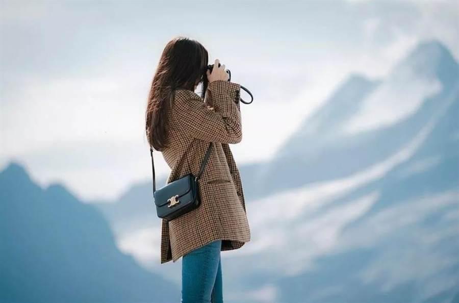 孫藝珍背著CELINE TRIOMPHE黝黑色亮面小牛皮小型肩背包,10萬5000元。(取自網路)