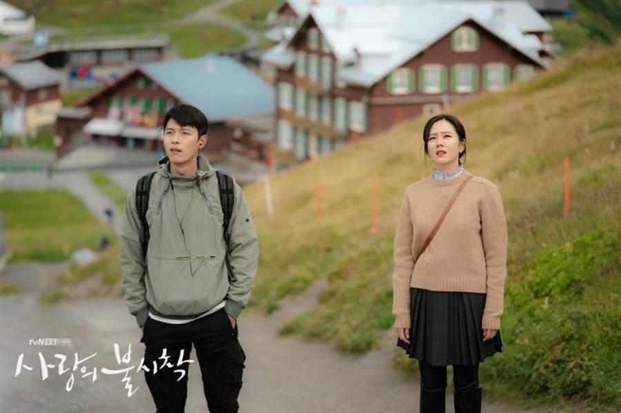 孫藝珍(右)身上的CELINE駝色羊毛毛衣1萬9500元。(官方劇照)