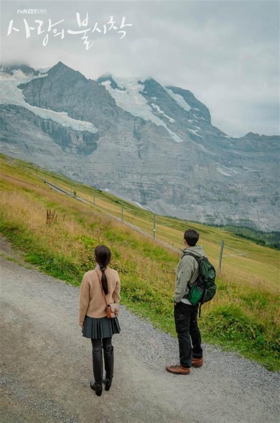 孫藝珍(左)背著CELINE TASSELS千鳥格紋小牛皮肩背包,5萬9000元。(官方劇照)
