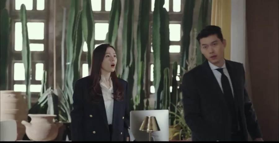 孫藝珍(左)身穿CELINE海藍色雙排扣西裝外套10萬5000元,白色荷葉領經典襯衫2萬4500元。(取自網路)