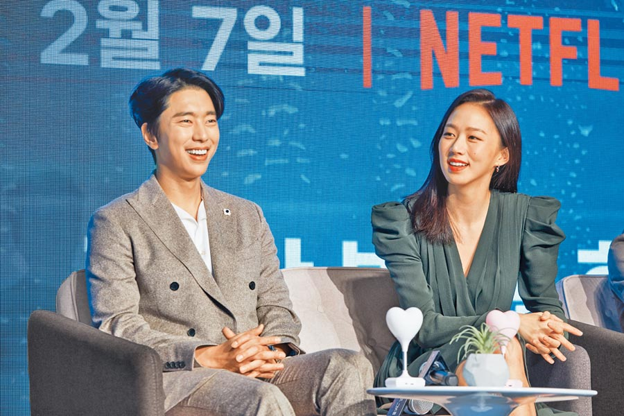 尹賢敏(左)昨和高聖熙盛裝出席新戲視訊記者會。(Netflix提供)