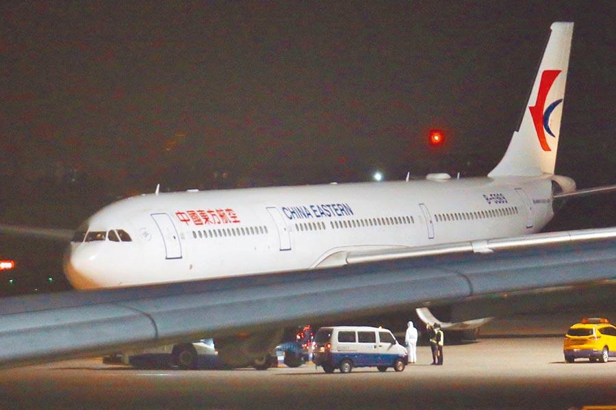 首班武漢包機3日深夜返抵桃園機場,隨即拖行至機棚進行旅客檢疫。(本報系記者范揚光攝)