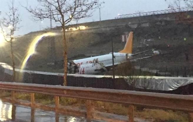 伊斯坦堡薩比哈格克琴國際機場一架客機衝出跑道,機身斷成兩截。(圖/推特@gazeteistiklal)
