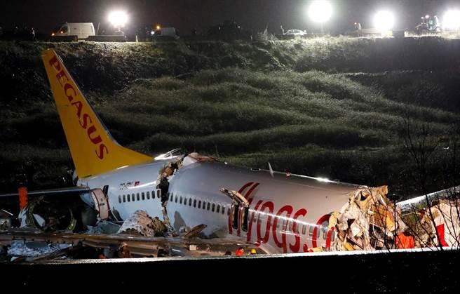 土耳其客機衝出跑道,機身斷成三截。(圖/路透社)