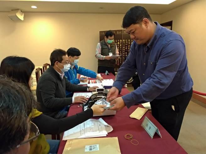 國民黨中常委選舉共49人辦理登記;圖為南投縣議員游顥登記參選。(黃福其攝)