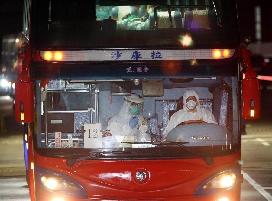 首批武漢台商回台,車上司機及防疫人員都穿戴口罩及防護衣避免感染。(資料照片,范揚光攝)