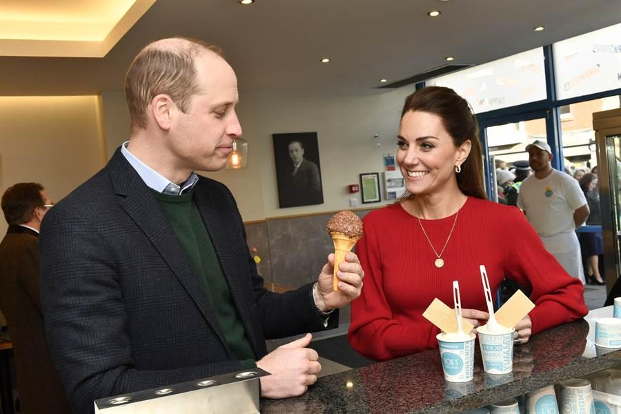 凱特與夫婿威廉王子4日光顧威爾斯曼博斯(Mumbles)的冰淇淋店。(美聯社)